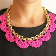 Necklace in a chain/ Collar en una cadena