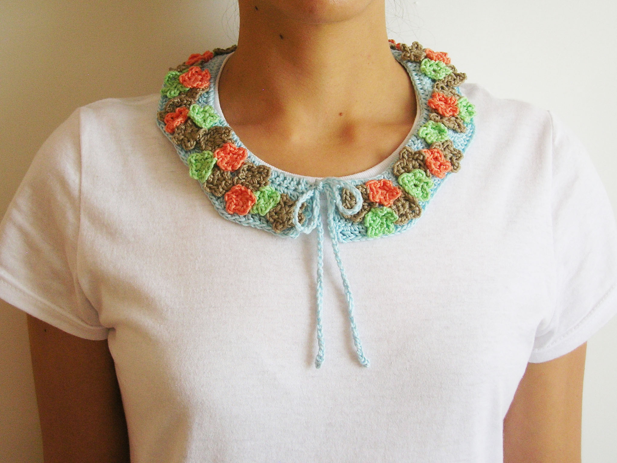 Crochet collar with flowers