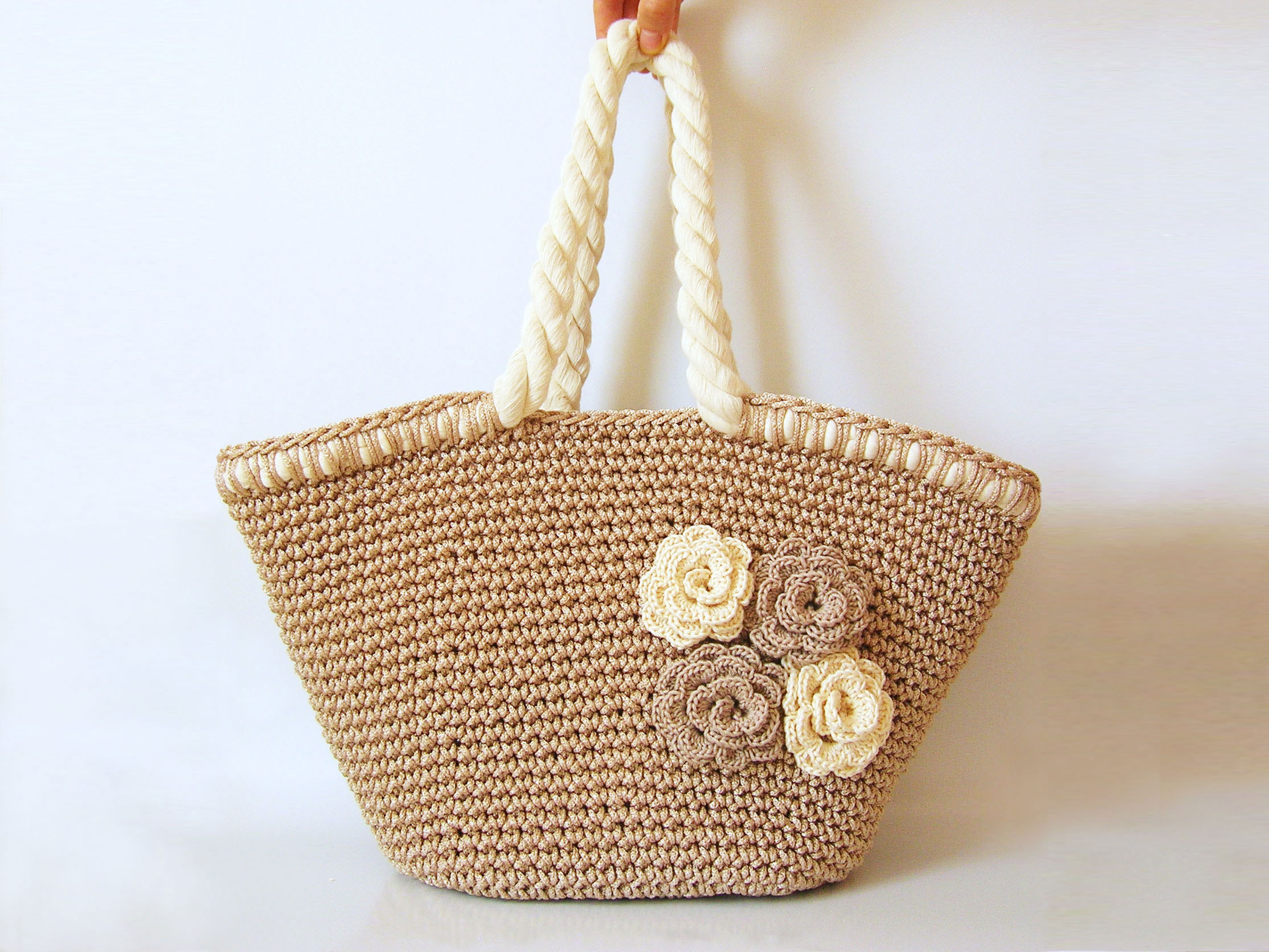 Crocheted Handbag : Beach bag with flowers/ Bolso de playa con flores Chabepatterns